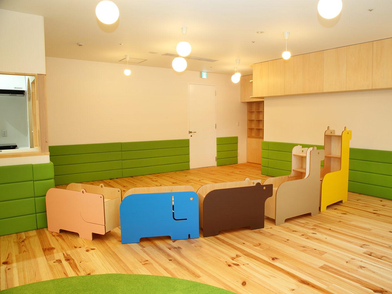 保育スペース間に間仕切りとして設置した災害時の備蓄庫も兼ねる家具の写真