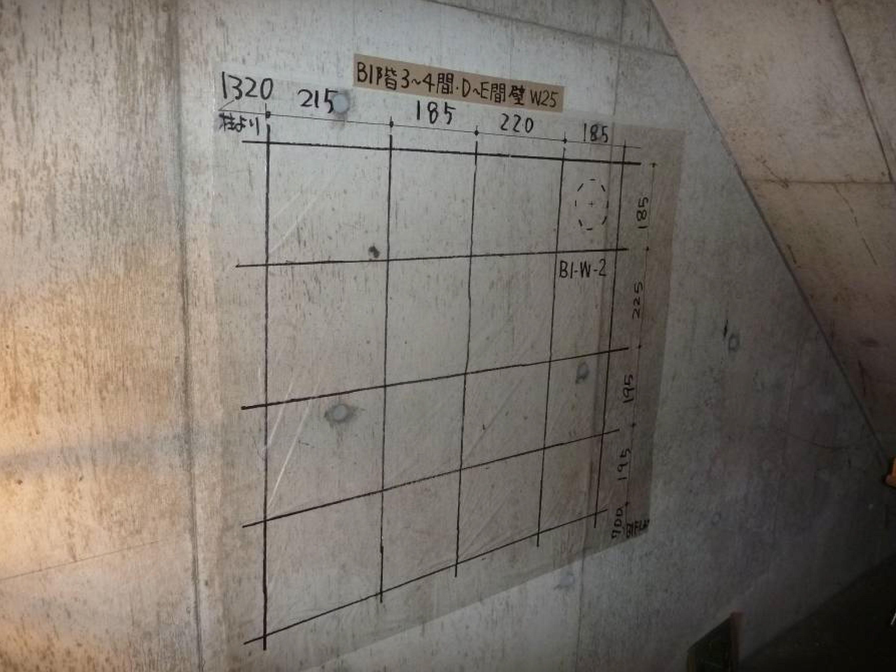用途変更の際に配筋調査を行い、配筋の間隔が書かれている壁の現場写真