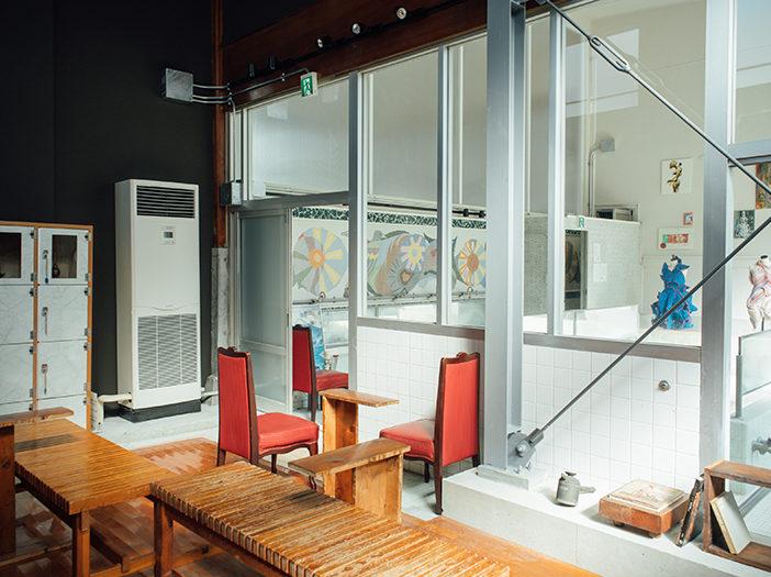 銭湯の脱衣所をギャラリーの休憩スペースに変更したSENTOビルの内観写真