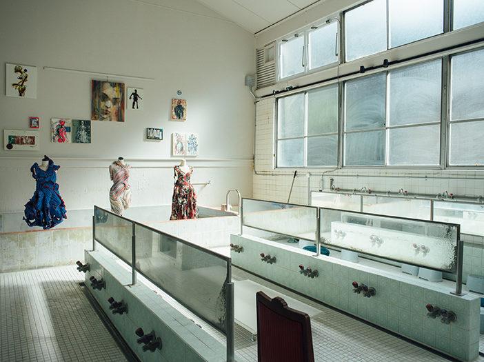 銭湯の浴場をギャラリーに変更したSENTOビルの内観写真