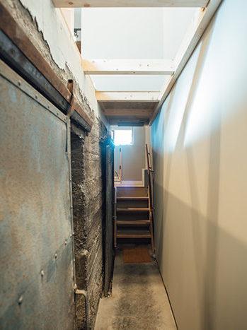 用途変更後も銭湯の通路をギャラリーの通路として使用するSENTOビルの写真
