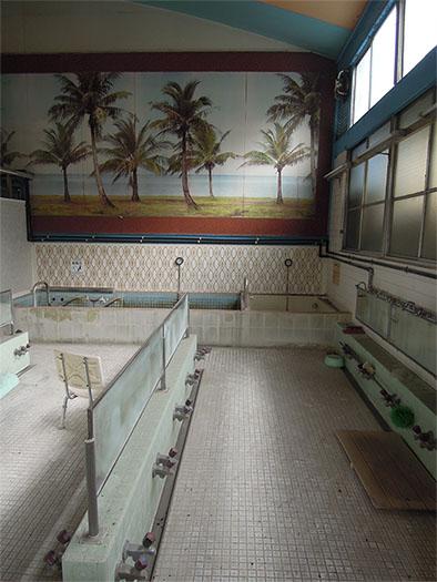 改修工事前の宮の湯の浴場の写真